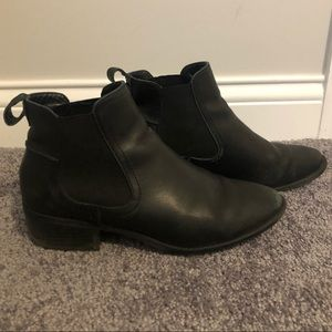 STEVE MADDEN | Black Leather Dicey Bootie 9.5